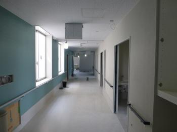 04病院棟廊下内装施工状況